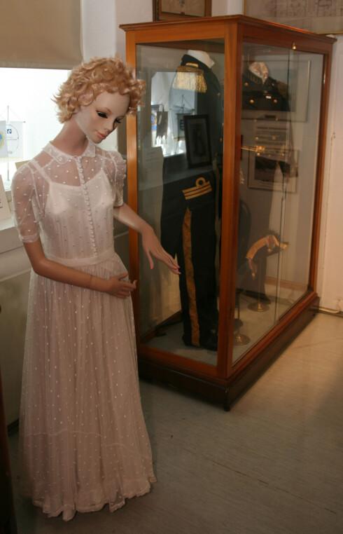 MARINEMUSEET: Marie ga brudekjolen sin i gave til Marinemuseet i Horten, hvor den er en del av den faste utstillingen.  Foto: SVEND AAGE MADSEN