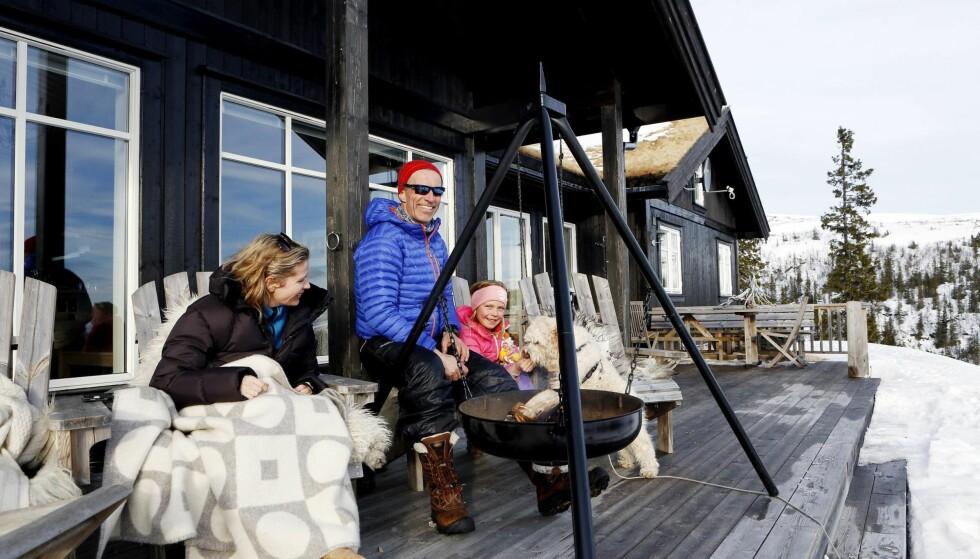 Hyttekos: En bålpanne i hytteveggen forlenger utelivet, gir god varme og kan brukes til enkel matlaging.