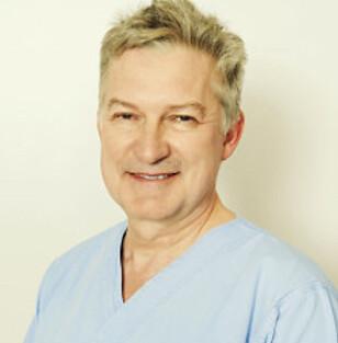 OPERERER: Marius Barstad, plastisk kirurg ved Fornebuklinikken, forteller at flere eldre opererer seg av praktiske årsaker, ikke bare av kosmetiske. Foto: Fornebuklinikken.