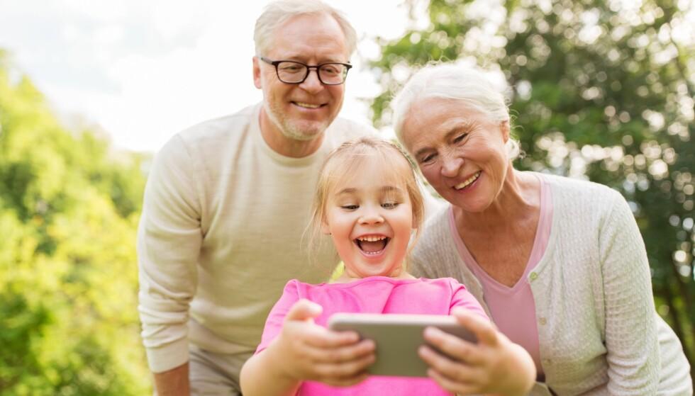 <strong>HJELP TIL FREMTIDEN:</strong> Å spare til barnebarna er en flott gave til dem, bare husk at noen spareformer gir bedre avkastning enn andre. Foto: Scanpix.
