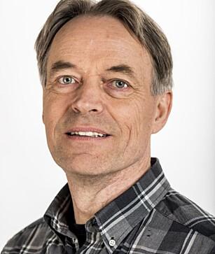 GIFTIG INNEKLIMA: – Det støvet som ligger utenfor ovnen er det som går i øynene, og det du puster inn, advarer Kai Gustavsen, fagsjef inneklima ved Astma-og Allergiforbundet. Foto:Norges Astma- og Allergiforbund/Tore Fjeld.