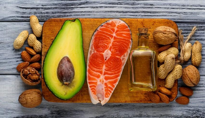 FETT: Det er selvsagt viktig å skille på sunt og usunt fett. For eksempel er nøtter, avokado, olivenolje og fet fisk gode kilder til sunt fett. Foto: Scanpix.