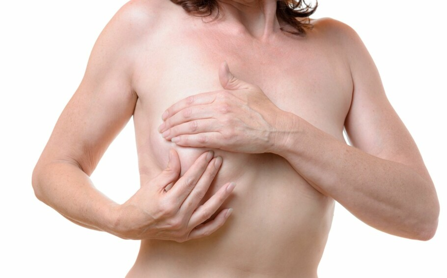 SJEKK: Brystkreft øker med alderen, derfor er det viktig å jevnlig sjekke brystene dine. Foto: Scanpix.