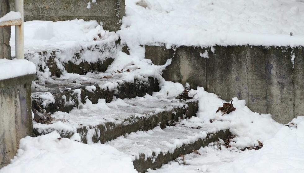 SPEILGLATT: I tillegg til å fjerne is i trappen kan du også forebygge frost med ulike produkter. Eksperttipsene får du i denne artikkelen. Foto: Scanpix