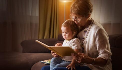 ROLIG STEMNING: Begynn leggeprosessen tidlig på kvelden, demp lyset og gjør det hele til en avslappende og hyggelig stund, tipser mammabloggeren. Foto: Scanpix.