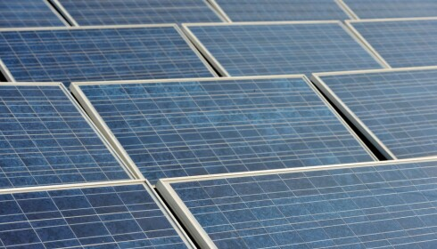 LAG STRØM SELV: Solcellepaneler på hytta kan være en god ide i Norge. Foto: NTB Scanpix