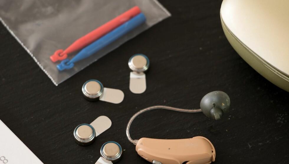 FLAT SIDE OPP: Når du bytter batteri i høreapparatet, må du først og fremst legge det med den flate siden opp i apparatets batteriskuffe. Foto: Scanpix.