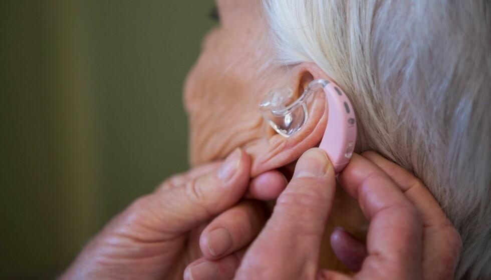 PROBLEMER MED HØREAPPARATET?: En av grunnene til at høreapparatet ikke fungerer som det skal, kan være noe så enkelt som at du ikke har gitt batteriet tid til å aktiveres før du satte det inn i høreapparatet. Flere tips får du i artikkelen under. Foto: Scanpix.