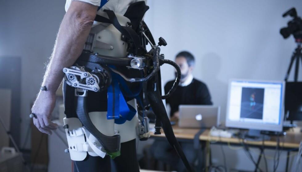 ROBOTBELTE: Beltet lærer seg hvordan du går, og skal merke når du er i ferd med å falle for så å skubbe deg opp igjen på bena. Foto Hillary Sanctuary / EPFL.