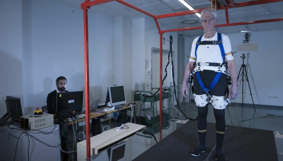 FORSKNINGSPROSJEKT: Her testes robotbeltet ut av en eldre bruker. Foto: Hillary Sanctuary / EPFL.