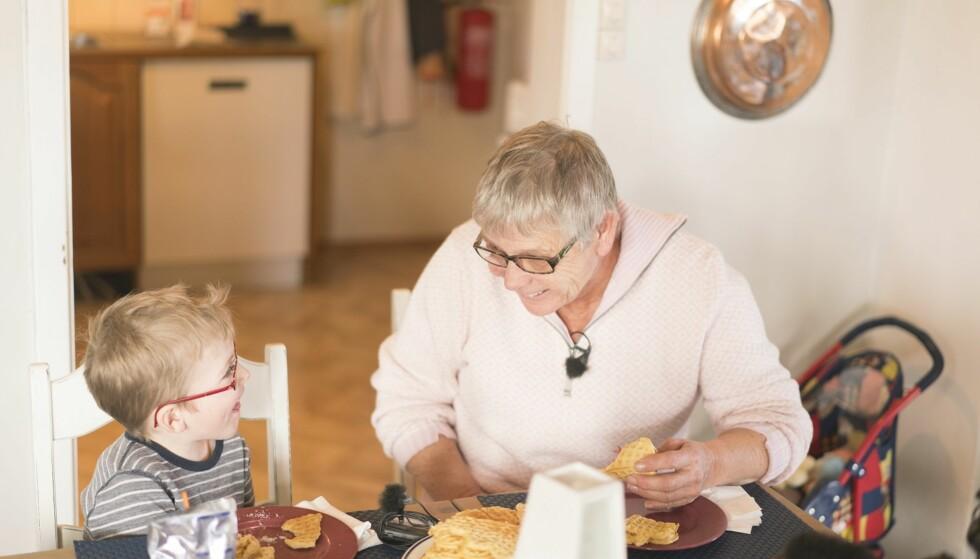 FAMILIEKONTAKT: Tone Mikkelsen (68) har hjulpet til frivillig i åtte år hos familier som trenger en ekstra hånd og litt støtte i hverdagen. Se video lenger nede i denne artikkelen. Foto: Anton Ligaarden, Frivillighet Norge