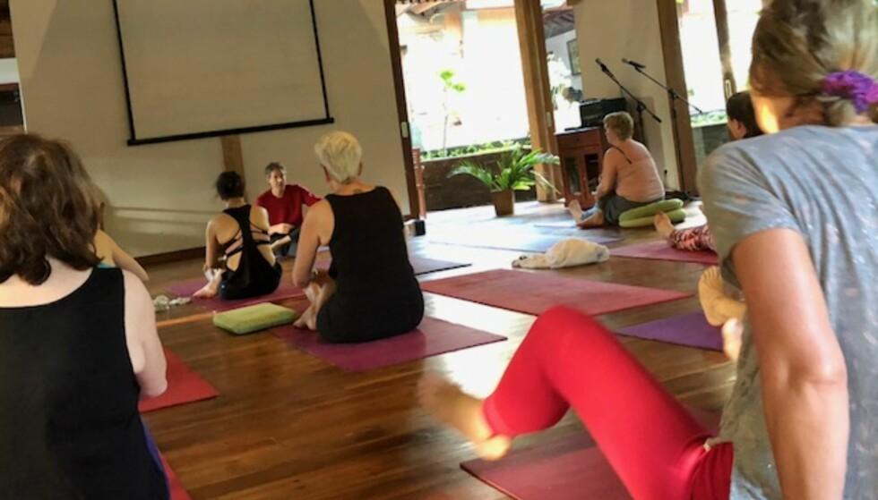 <strong>RETREAT = Å TREKKE SEG TILBAKE:</strong> Yoga, sang, musikk og dans var hovedingrediensene som bidro til mindre stress for meg. Her er vi klare til en tidlig morgenøkt med yoga. FOTO: Sonja Evelyn Nordanger
