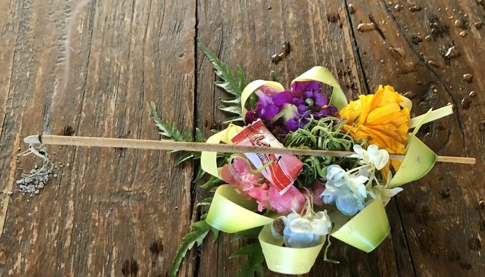 <strong>TRADISJON:</strong> De fleste på Bali bekjenner seg til hinduismen. Ritualer og seremonier er det mange av, små ofringer med blomster og røkelse er overalt i Ubud. Og tempoet er rolig! FOTO: Sonja Evelyn Nordanger