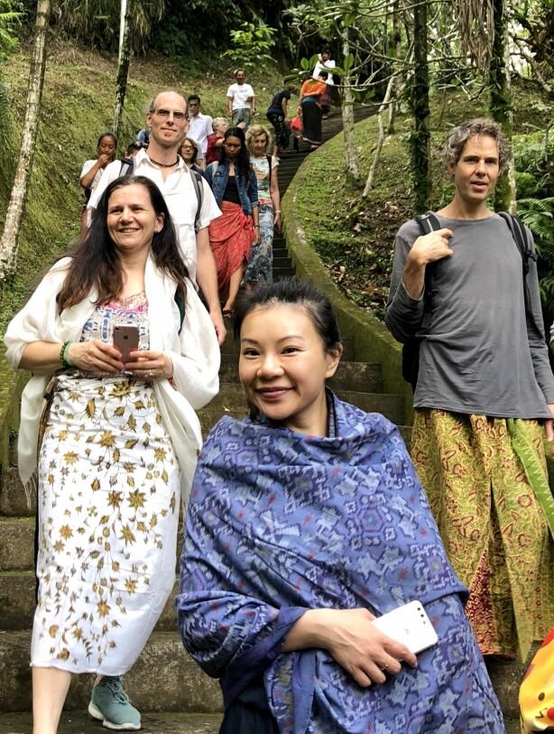 <strong>PÅ UTFLUKT:</strong> Samholdet på en retreat blir naturlig nok tett. Her besøker vi et hinduistisk vann-tempel, hvor vannet anses hellig – så for de som tror på slikt - å bade eller skylle seg i det kan ha sine fordeler! FOTO: Sonja Evelyn Nordanger