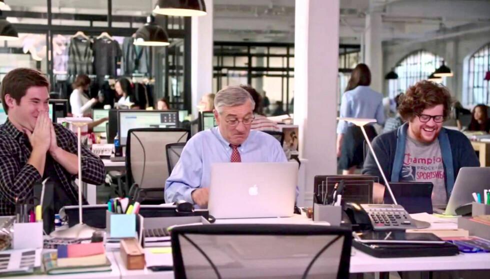 SØK I VEI: Det er litt mer utfordrende for godt voksne å bli ansatt i ny jobb, men på ingen måte umulig. Imidlertid er det et par ting du bør være ekstra nøye med når du søker på stillinger. Foto fra filmen The Intern med Robert De Niro