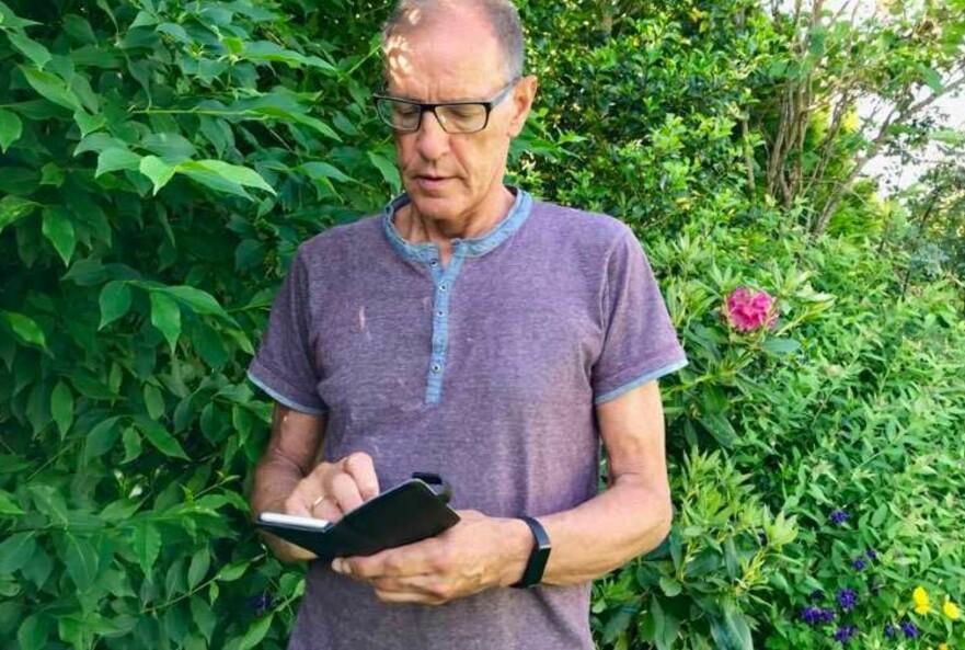SURFER: Fersk undersøkelse viser at mange eldre aldri bruker mobildata. Svein Nydal (68) fra Måløy oppfordrer seniorene til å prøve mer. Foto: Privat.
