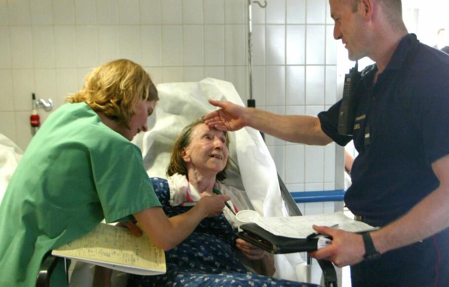 FIKK HJELP: En kvinne får hjelp mot overoppheting på Saint Antoine syjehus i Paris i 2003. Hetebølgen i Europa det året, var ekstrem. Og tok mange liv, de fleste av dem var over 70 år gamle. Foto: Scanpix