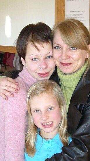 FØR I TIDEN: Fra venstre: Helene, mamma Trine og lillesøster Ida Kristin. Foto: Privat.