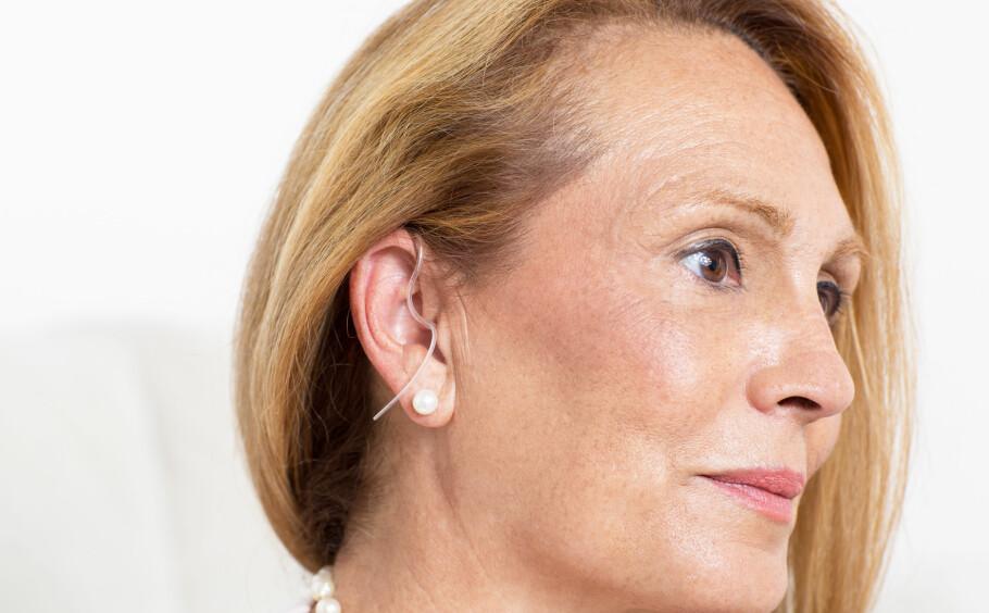 <strong>TABU MED HØREAPPARAT?:</strong> Ikke vær flau over at du må bruke høreapparat, oppfordrer kroppsbilde-forsker. I artikkelen under kommer Ingela Lund Kvalem med gode råd. Foto: Scanpix.
