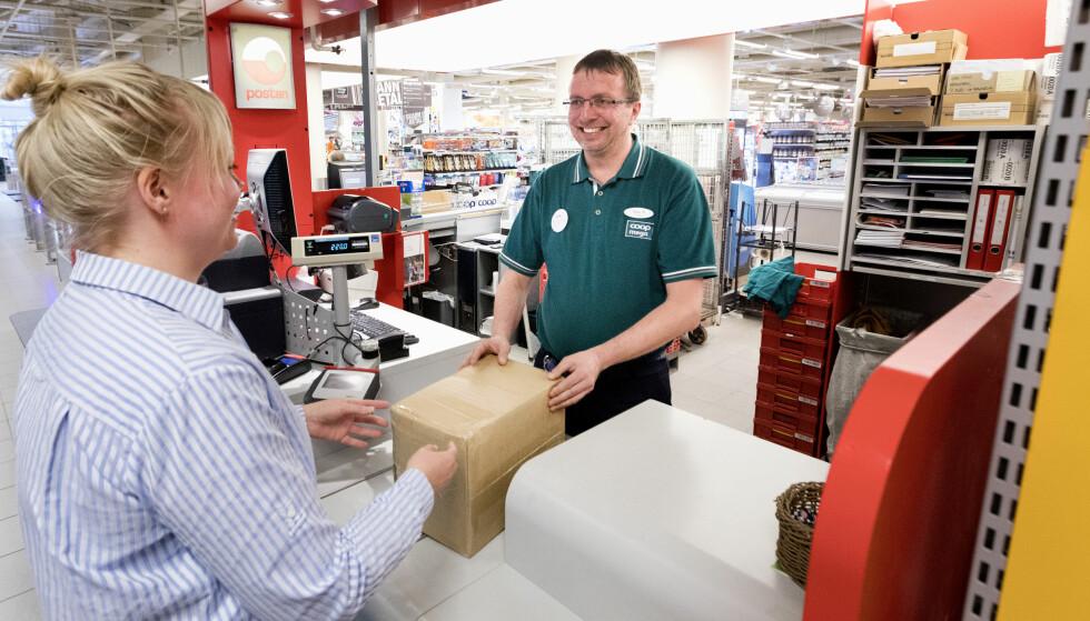 HENTER SELV: De fleste velger å hente pakker i butikk når de uansett skal handle. Foto: NTB Scanpix