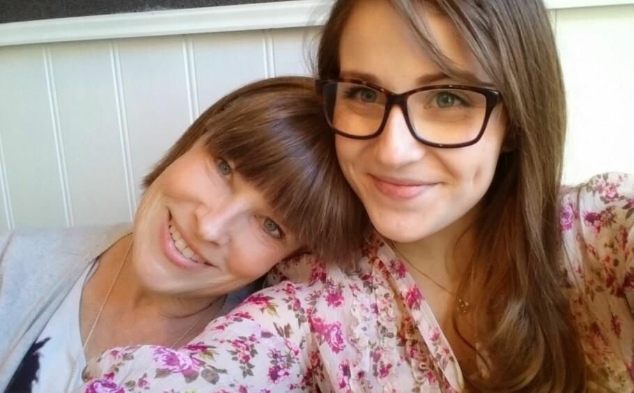 STØTTER HVERANDRE: Trude Schei (57) og datteren Victoria (25) lider begge av samme sykdom, ME - også kjent som kronisk utmattelsessyndrom. Foto: Privat