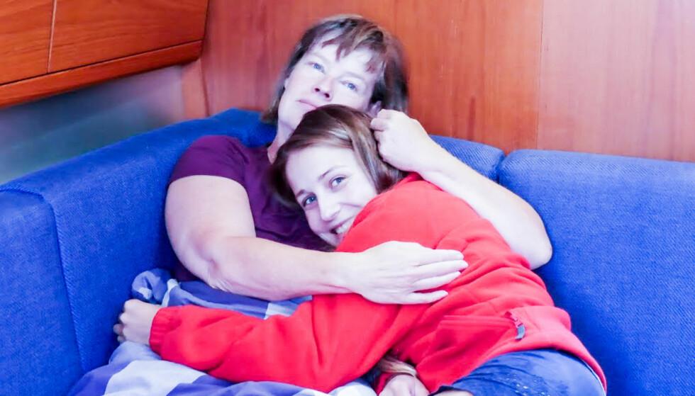 MOR OG DATTER: På tunge dager er det spesielt godt å ha noen som forstår hvor tøft det er. Trude Schei og datteren Victoria tar vare på hverandre i sykdommen. Foto: Privat.