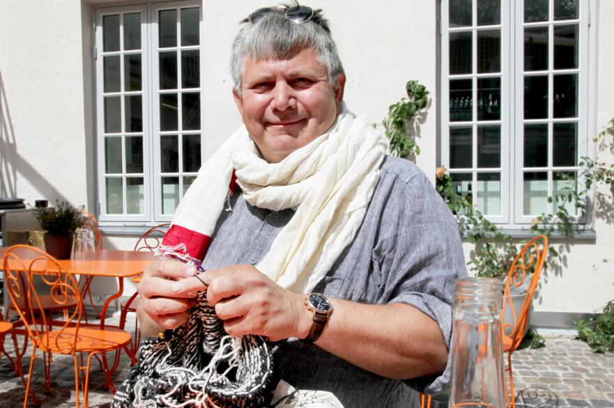 - FOLK TITTER JO LITT: Kristian Elster (55) er vant til at folk glaner og tar kontakt når han er ute og strikker. FOTO: Lisa M. Wisløff