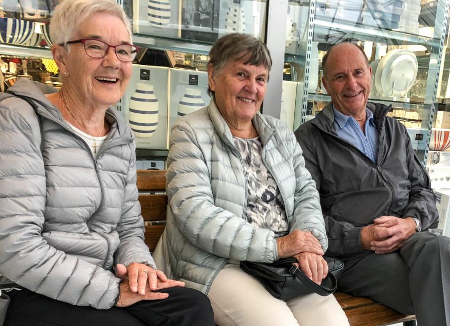 SOSIAL GJENG: (f.v.) Else Myhr (77), Liv Nesse (82) og Olav Nesse (86) har troen på at sosiale medier kan gjøre eldre mer lykkelig. - Da jeg ble oldemor fikk jeg både nettbrett og Facebook, det er luksus, sier Liv Nesse. Foto: Linn Merete Rognø.