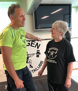 MOTIVERER ANDRE: Sammen med klubbleder Tor Engevik reiser Unni Olsen rundt på sykehjem over hele landet på fritiden for å motivere andre eldre til å trene. FOTO: Linn Merete Rognø