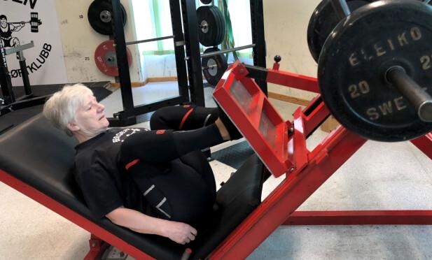 TRENER HARDT: Unni Olsen på 73 år har 25 norgesrekorder, den siste på 77,5 kilo. FOTO: Linn Merete Rognø.