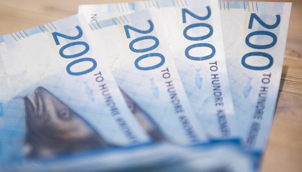 CASH IS NOT SO KING: Nylig ble 100- og 200-kroner sedlene erstattet med nytt motiv, men færre bruker dem. FOTO: NTB Scanpix