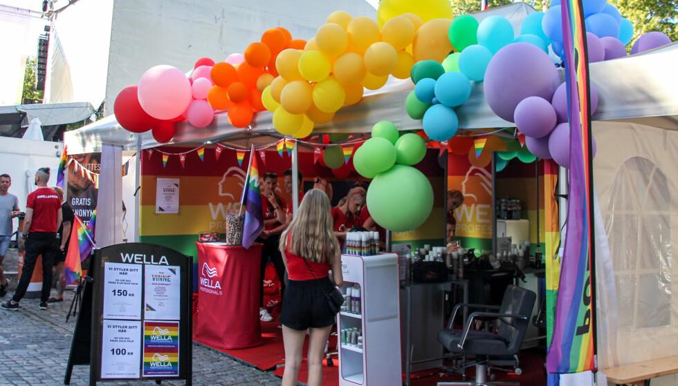 PRIDE: De fleste standene var voldsomt pyntet med pride-farger. Foto: Camilla Hjelmeseth