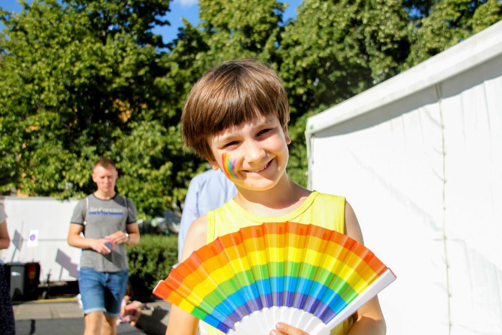 PYNTET: De yngste var også med på feiringen med pride-flagg malt i ansiktet. Foto: Camilla Hjelmeseth