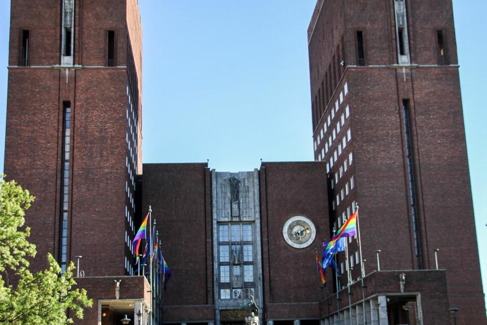 FLAGGET: Oslo Rådhus' borggård var prydet med pride-flagg. Foto: Camilla Hjelmeseth