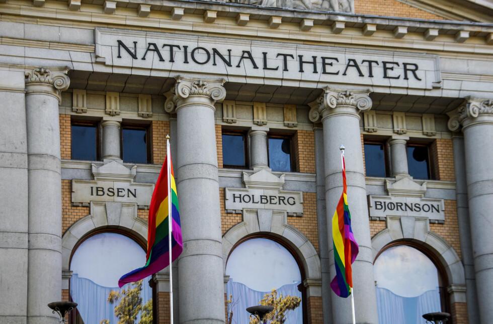 TEATERET: Også Nationaltheatret var med på feiringen, og har hatt en tre dager lang pride-feiring med relevante teaterstykker. Foto: Camilla Hjelmeseth