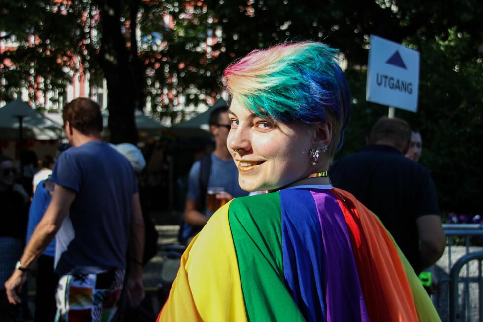 PRIDE: Denne deltageren hadde farget håret i regnbuefargene for anledningen. Foto: Camilla Hjelmeseth