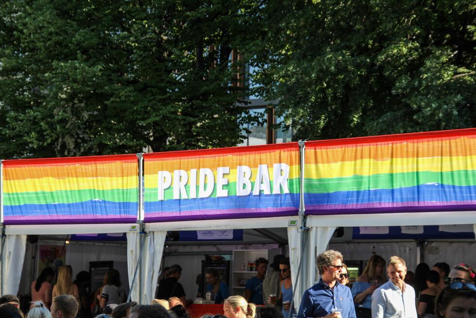 ØL: Mange av mennskene på festivalområdet benyttet seg av solskinnet til å ta en utepils ved Pride-baren. Foto: Camilla Hjelmeseth