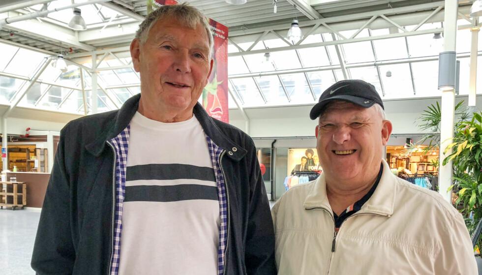 LIVET SMILER: Kompisene Hans Hosøy (70) og Herleiv Veland (78) har god tid til en prat når de treffes på kjøpesenteret. Selv om de befinner seg i aldersgruppen som er særlig utsatt for å utvikle depresjon, er det ingen av dem som kjenner seg spesielt nedfor. - Jeg koser meg med å ha fri, smiler Herleiv. Foto: Linn Merete Rognø.