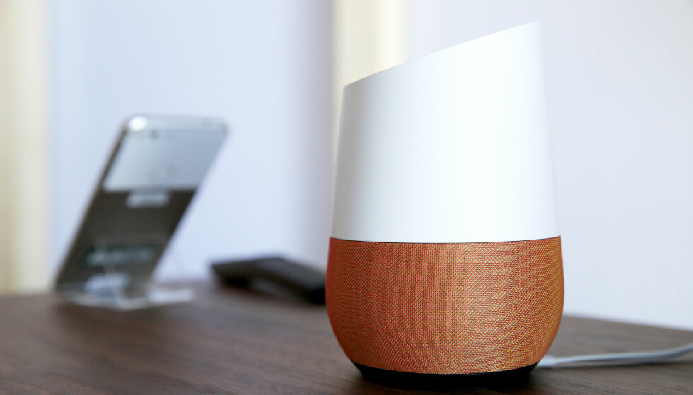 DEN NYE FJERNKONTROLLEN: Smarthøyttaleren Google Home kommer snart med norsk stemme. Foto: NTB Scanpix