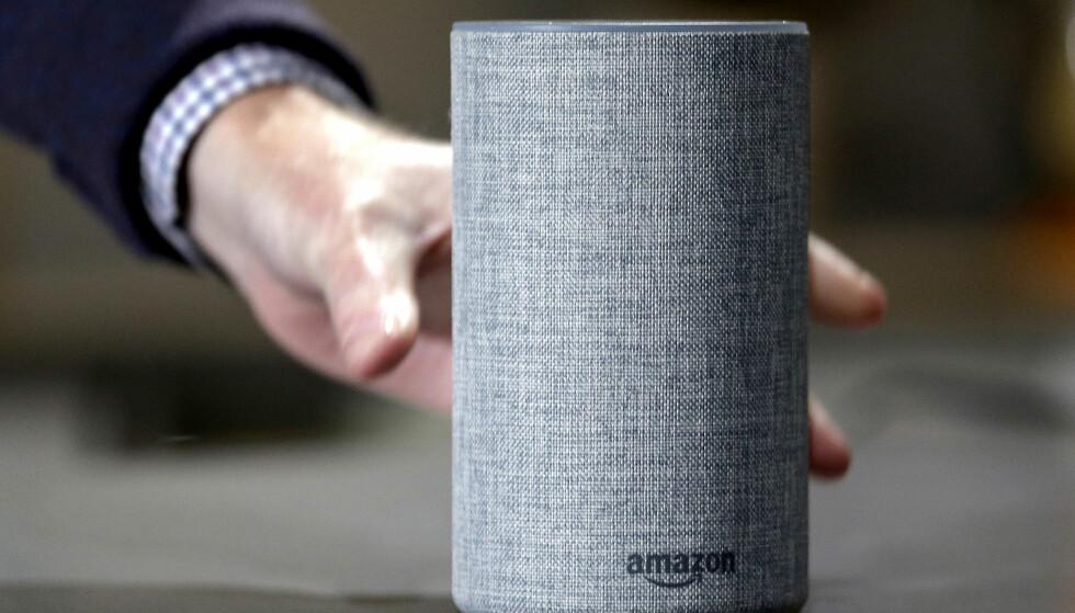 SNAKK TIL ALEXA: Amazon Echos høyttalere, med assistenten Alexa, er en populær smarthøyttaler. Foreløpig må du snakke engelsk til den. Foto: NTB Scanpix