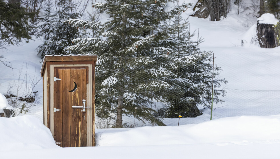 UTEDASS: Om vinteren kan det føles uendelig langt å gå til utedoen. Heldigvis finnes strøm- og vannløse alternativer som man kan ha inne i hytta. Foto: Shutterstock