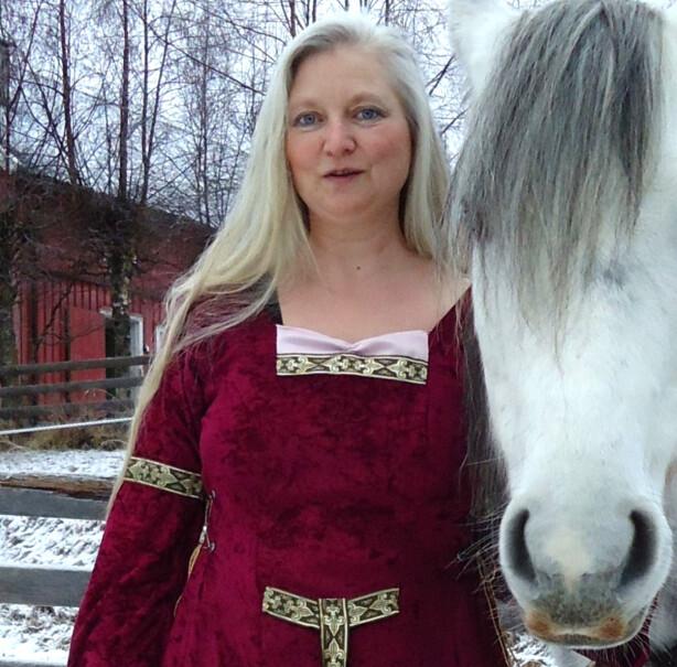LANGT OG GRÅTT: Tonje Nové Sønsteby har alltid følt seg vel med langt hår, og kommer aldri til å farge det. Hun synes det er fantastisk flott med gamle damer som har det lange grå håret oppsatt. Foto: Ida Nove Cannon