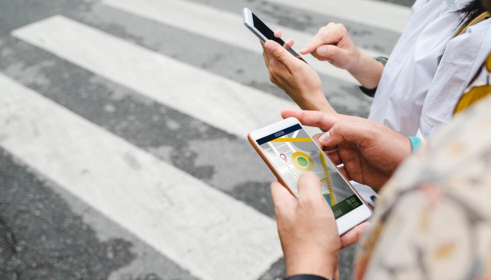 MOBIL-APP: En kart-app er kjekt å ha, enten du er påkort tur i nærområdet eller på en lang tur utenlands. Hvilke andre apper er greie å laste ned på mobil eller nettbrett? Og hvordan gjør du det? I artikkelen under får du gode tips. Foto: Scanpix.