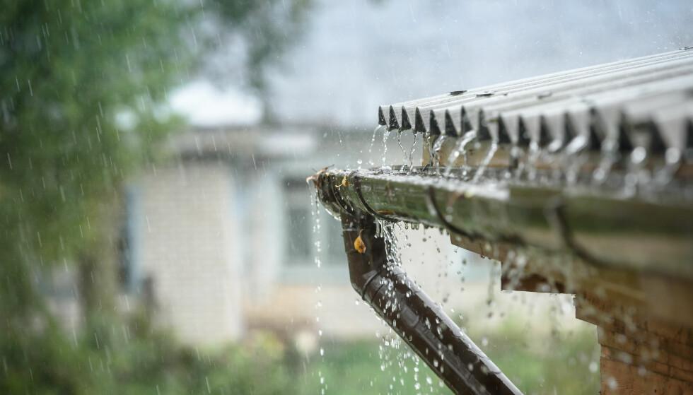 TAKVANN: Når vannet renner via taket og takrennen kan det føre med seg forurensing. Foto: Shutterstock.
