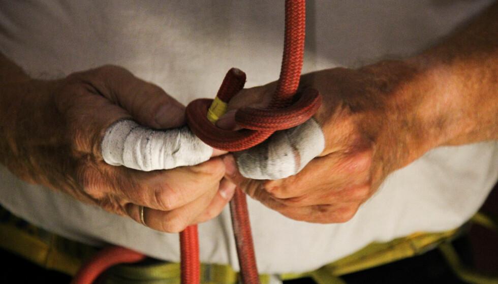 ALDER: Med vante fingre kobler klatrere og sikrere seg inn og ut av tauet. Foto: Camilla Hjelmeseth