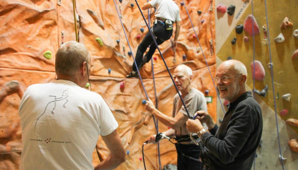 SOSIALT: Mens partnerne klatrer, slår sikrerne av en prat. Foto: Camilla Hjelmeseth