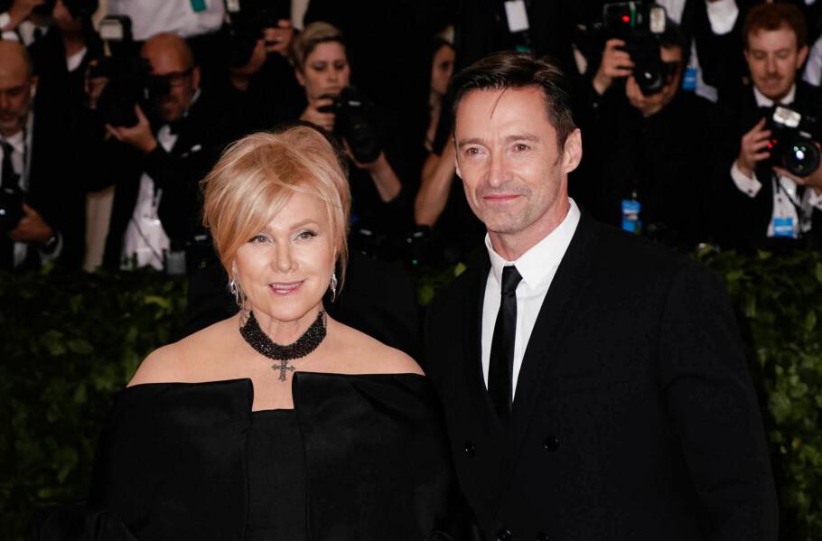 12 ÅR YNGRE MANN: Den australske skuespilleren og filmprodusenten, Deborra-Lee Furness (62), har vært gift med den kjente, australske skuespilleren Hugh Jackman (49) siden 1996. De har også to barn sammen. Foto: Scanpix.