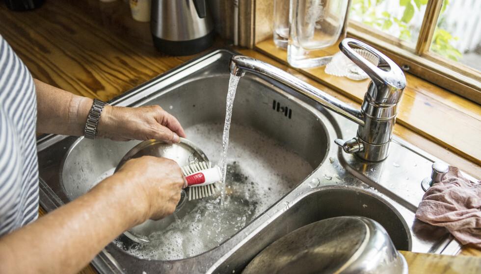 PRAKTISK MED VANN PÅ HYTTA: Når vannet først er på plass, er det veldig kjekt å ha. Men det er mange hensyn å ta før du har en spring som renner. Foto: Scanpix