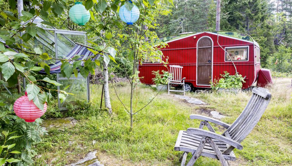 EGEN STIL: Vertene Bente Brenna og Pål Nilsen leier ut biler og vogner folk kan bo i. FOTO: Gorm Kallestad / NTB scanpix
