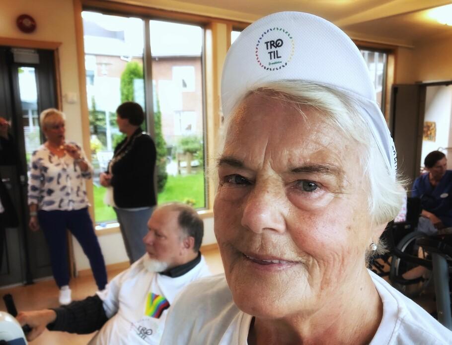 SOSIAL PÅ SENIORSENTERET: Vi slo av en prat med Helga Rognvær (81) da hun syklet på treningssykkel sammen med venner på seniorsenteret. Foto: Linn Merete Rognø